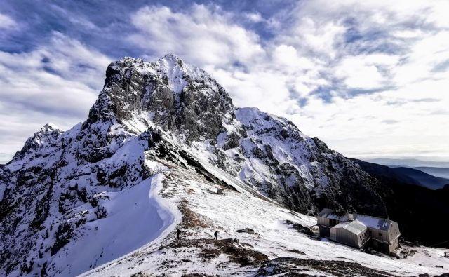 Sneg na Kamniškem sedlu. FOTO: Matjaž Šerkezi