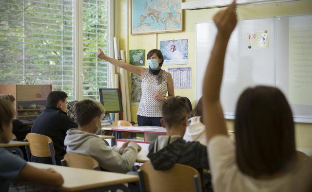 Učitelji skrbijo tudi za čiščenje, razkuževanje in druge varnostne ukrepe, hkrati pa so pod velikimi pritiski staršev. FOTO: Jure Eržen/Delo