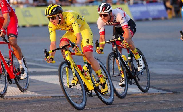 Tadej Pogačar na Colnagovem kolesu ob moštvenem kolegu Janu Polancu med zadnjo etapo letošnje dirke po Franciji. FOTO: Luca Bettini/Arhiv Colnago