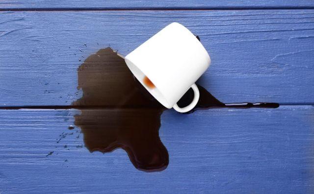 Pri odstranjevanju kavnih madežev je učinkovita soda bikarbona. Foto Pixel-Shot/Shutterstock