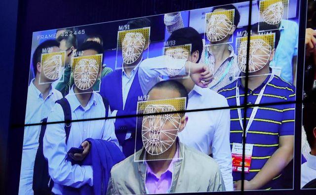 Možnost, da se na Kitajskem izognete nadzoru kamer in postopkom prepoznave obraza, je minimalna, saj tam z dvesto milijoni kamer pokrivajo tudi najbolj zakotne ulice velemest.<br /> Foto Bobby Yip/Reuters