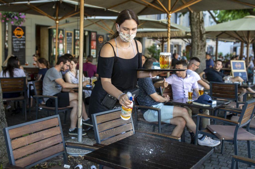 FOTO:Virus povečal razliko med plačami v javnem in zasebnem sektorju