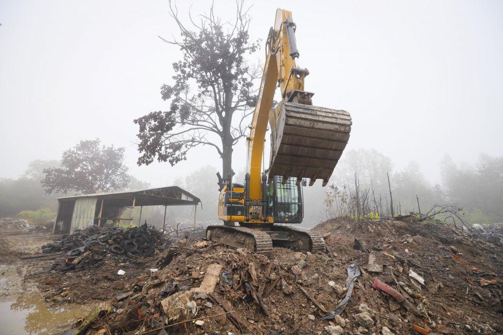 FOTO:Po dveh požarih občina začela čistiti odpadke