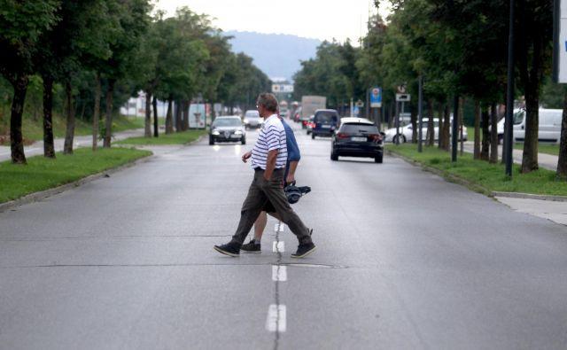 Nepravilno prečkanje ceste je večkrat vzrok za nesrečo z udeležbo pešcev. FOTO: Roman Šipić/Delo
