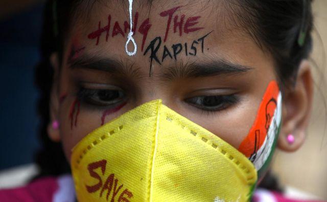 Študentke v Mumbaju protestirajo po tem, ko je zaradi poškodb umrlo 19-letno dekle, ki naj bi ji odrezali jezik in jo skupinsko posilili v bližini vasi Bool Garhi. Indijska policija se sooča z obtožbami, da je nelegalno upepelila telo 19-letne domnevne žrtve posilstva. FOTO: Indranil Mukherjee/Afp