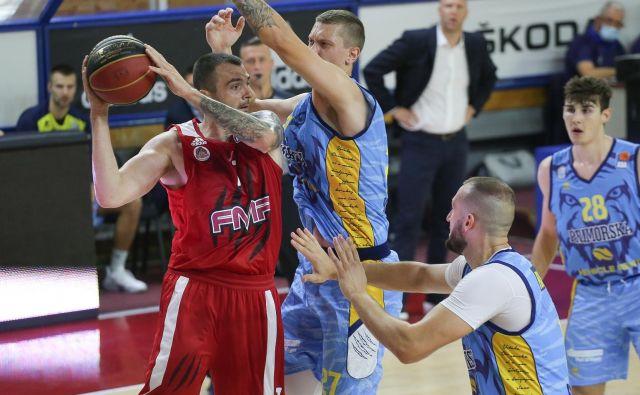 Nekdanji Olimpijin adut Sava Lešić (z žogo) je bil prvo ime uvodne tekme nove regionalne sezone. FOTO: ABA
