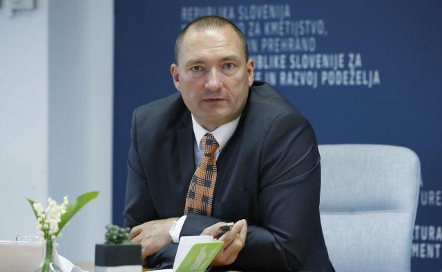 Medtem ko se je Aleksandra Pivec ukvarjala s političnim preživetjem, je bil motor aktivnosti na ministrstvu državni sekretar Jože Podgoršek, najverjetnejši kandidat za novega ministra. FOTO: Leon Vidic