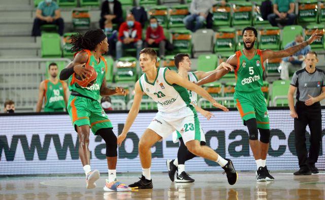 Kendrick Perry (z žogo) in Mikael Hopkins (desno) sta dajala ton igri Cedevite Olimpije med dvobojem s Krko. FOTO:ABA