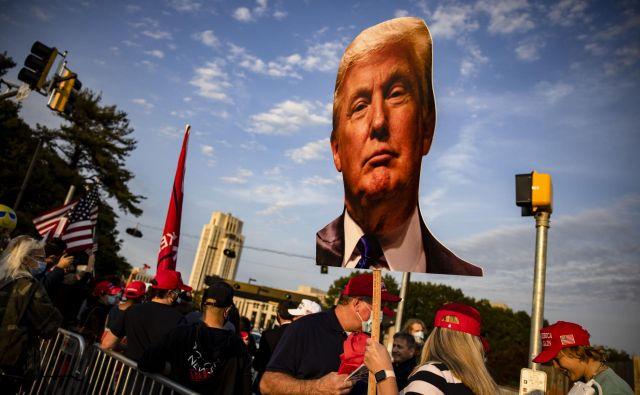 Demonstracije Trumpovih provržencev pred vojaško bolnišnico Walterja Reeda. FOTO: Samuel Corum/AFP