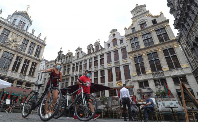 V Bruslju so v petek ukinili obvezno nošnjo mask na vseh javno dostopnih mestih. Pandemija je doslej v Belgiji po tukajšnjih statistikah zahtevale že več kot 10.000 življenj. FOTO: Yves Herman/Reuters
