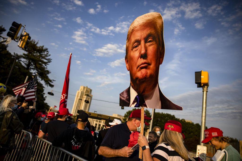 FOTO:Oboleli Trump v predsedniški limuzini pozdravljal privržence