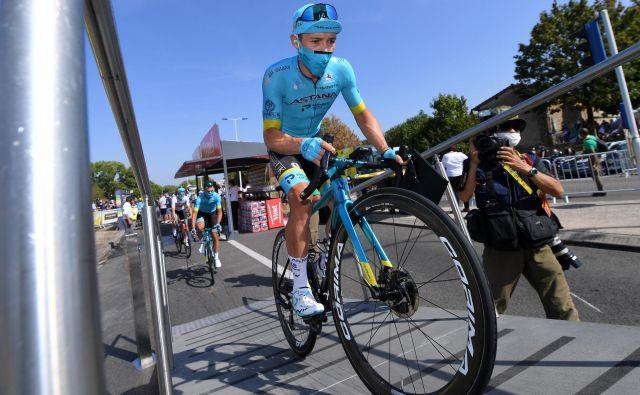 Dirka po Italiji se je začela spektakularno in tudi s hudim padcem enega od favoritov Kolumbijca Miguela Angela Lopeza, ki je tik pred ciljem izgubil nadzor nad kolesom in zletel v ograjo. FOTO: Tim De Waele/Reuters