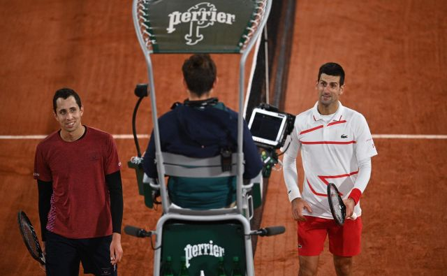 Novak Đoković (desno) se ni prav utrudil proti KolumbijcuDanielu Galani in se v slabih dveh urah uvrstil v osmino finala teniškega turnirja za veliki slam v Parizu. FOTO: Anne-christine Poujoulat/AFP