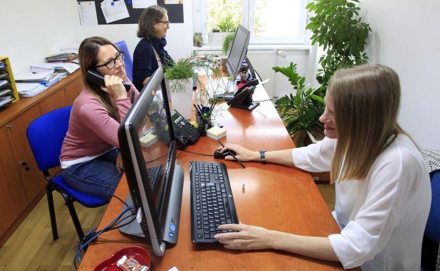 Lani so na Tom telefonu sprejeli 31.250 stikov, od tega 30.155 klicev, 315 e-vprašanj in 780 stikov prek spletne klepetalnice. FOTO: Roman Šipić/Delo