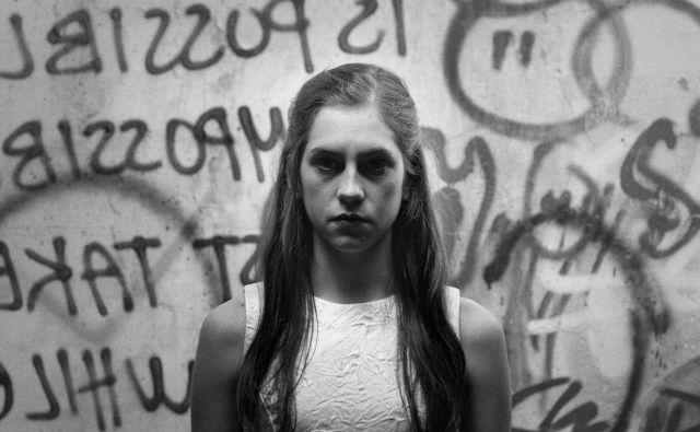 »V tej svoji norosti si bom skušala zamisliti, kako bi lahko dogodki ubrali drugačno pot,« pravi Antigona v filmu, ki bo nocoj odprl <em>Festival slovenskega filma</em>. Foto arhiv FSF