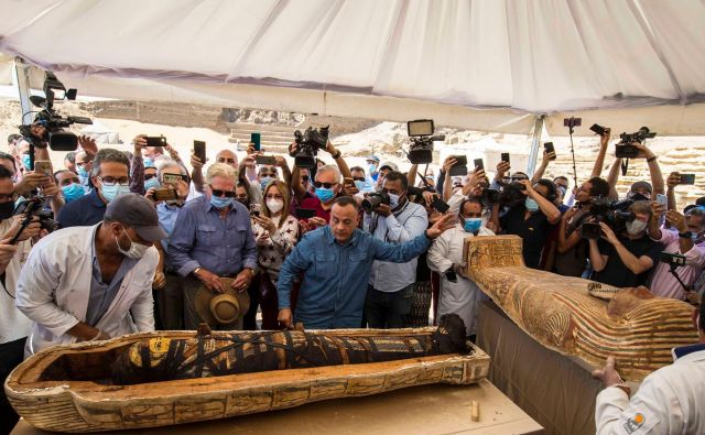 Egipčanski minister za turizem in starine ter generalni sekretar vrhovnega sveta za antiko sta razkrila mumijo v sarkofagu, ki so ga izkopali člani državne arheološke misije, ki raziskuje nekropolo Saqqara. Arheologi so v zadnjih tednih v starodavni nekropoli 30 km južno od Kaira odkrili 59 zapečatenih sarkofagov, starih približno 2500 let. V Egiptu so najdbe označili za začetek, saj se izkopavanja na starodavnem pokopališču Sakkara nadaljujejo. FOTO: Khaled Desouki/Afp<br /> <br />