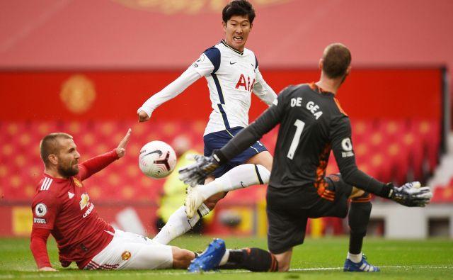 Kar s 6:1 je Tottenham na Old Traffordu premagal bledi Manchester United, pri katerem se stolček trenerja Ole GunnarjaSolskjærja vse bolj trese. Moštvo iz Londona je povsem nadiralo rdeče vrage, rdeči karton je zaradi nešportnega vedenja že v prvem polčasu prejel Anthony Martial. FOTO: Oli Scarff/Reuters