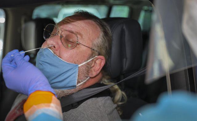 Proces analize vzorcev, odvzetih iz dihal, je tehnično zahteven, zato ga lahko izvajajo za to uposobljeni in natančni sodelavci.<br /> FOTO: Jože Suhadolnik