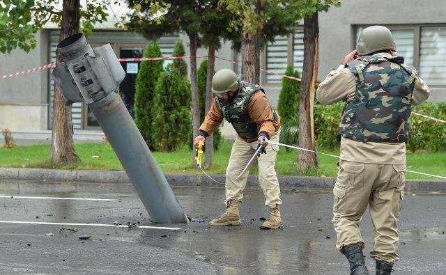 Strokovnjaki odstranjujejo neeksplodirano armensko raketo ruske proizvodnje BM-30 »Smrt«, ki je priletela v azerbajdžansko mesto Mingachevir. FOTO: Reuters