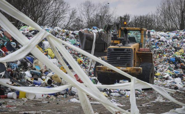 »Da bi EU dosegla cilje v zvezi z recikliranjem plastične embalaže, mora spremeniti sedanje razmere, ko sežgemo več, kot recikliramo. To je velikanski izziv,« je povedal član evropskega računskega sodišča Samo Jereb. FOTO: Jože Suhadolnik/Delo