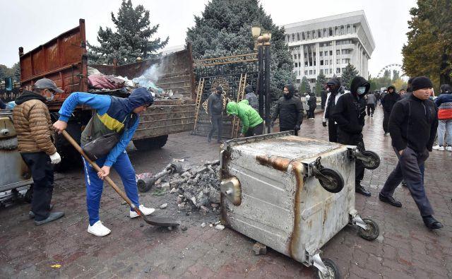 Protivladni protestniki nasprotujejo izidu nedeljskih parlamentarnih volitev. FOTO: Vjačeslav Oseledko/AFP