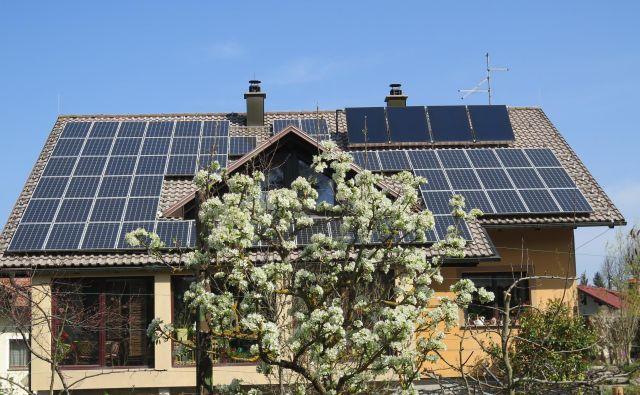 Vsaka stavba ima energetski potencial za izrabo brezplačne sončne energije. Hiša na fotografiji ima na strehi dva aktivna sistema: sončno elektrarno in sprejemnike sončne energije. Pod streho pa je viden zimski vrt, ki ga sonce pasivno ogreva. Foto Bojan Žnidaršič