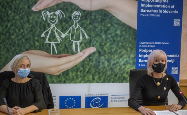 Nataša Mohorč Kejžar, direktorica raziskav v podjetju Ipsos, in ministrica za pravosodje Lilijana Kozlovič poudarjata, da bodo rezultati raziskave pomembni pri vzpostavljanju storitev v Hiši za otroke. FOTO: Voranc Vogel/Delo