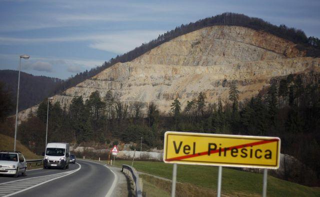 Od pravnega spora je odvisno, kdaj bodo lahko prodali kamnolom, ki je eden od ključnih pri gradnji tretje razvojne osi. FOTO Leon Vidic/Delo