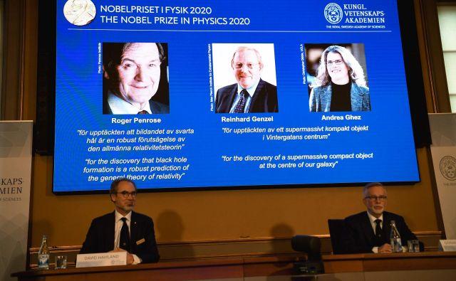 Na projekciji (od leve proti desni) Britanec Roger Penrose, Nemec Reinhard Genzel in Američanka Andrea Ghez. FOTO: Fredrik Sandberg/AFP