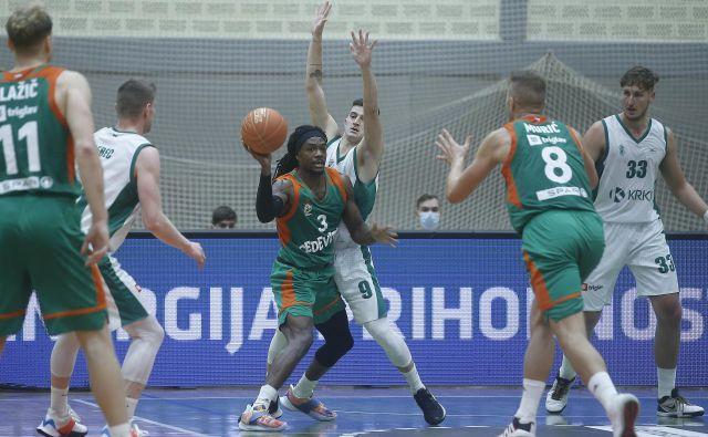 Košarkarji Cedevite Olimpije (v zelenih dresih) morajo v samoosamitev. FOTO: Blaž Samec/Delo