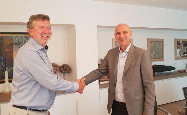 Marino Furlan (levo) in Robert Devetta ob predaji poslov v podjetju Intra lighting. FOTO: Podjetje Intra Lighting