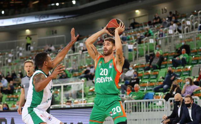 Cedevita Olimpija ni objavila, kdo je njen pozitivni košarkar, toda Alen Hodžić (z žogo) je po razkritju med nedeljsko tekmo s Krko ostal v slačilnici. FOTO: ABA