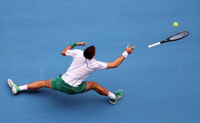 Januar 2020. Tretji dan odprtega prvenstva Avstralije v Melbournu sta v tretji krog zanesljivo napredovala branilca naslova Srb Novak Đoković in Japonka Naomi Osaka. Đoković je po zahtevnem preizkusu v prvem krogu, ko je šele po štirih nizih ugnal Nemca Jan-Lennarda Struffa, lažje prišel do druge zmage proti Tatsumi Itu. Sedemkratni zmagovalec OP Avstralije je slavil zmago po dobri uri in pol s 6:1, 6:4, 6:2, Japonec, sicer 146. igralec sveta, pa mu je nekaj težav povzročal predvsem v drugem nizu. FOTO: David Gray/Afp