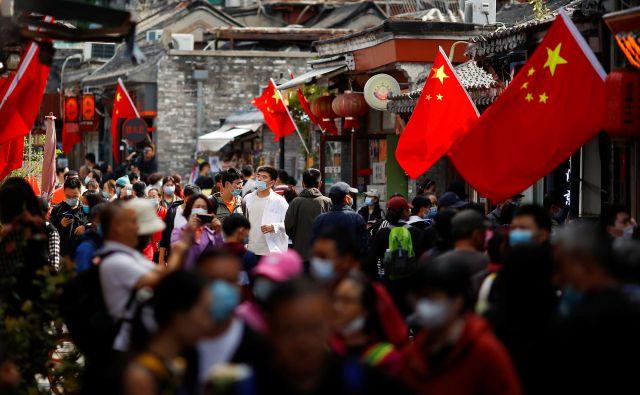 Težko si je predstavljati, da bodo države, katerih prebivalci nimajo dobrega mnenja o Kitajski, zlahka umaknile svoje družbe z največjega svetovnega trga. FOTO: Thomas Peter/Reuters