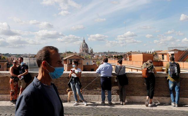 V Italiji so uvedli obvezno uporabo zaščitnih mask na prostem v vsej državi in zaostrili nadzor nad izvajanjem zaščitnih ukrepov.FOTO: Remo Casilli/Reuters