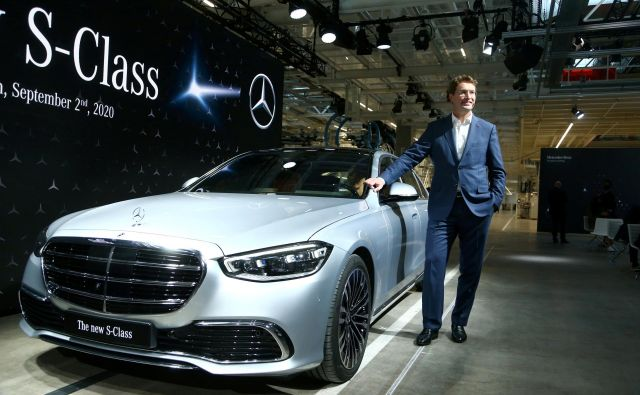 Ola Kaellenius, prvi mož Daimlerja, ob novem mercedesu razreda S. FOTO: Ralph Orlowski/Reuters