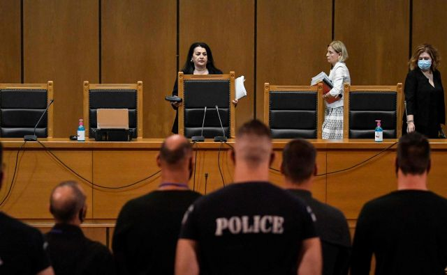 The judge arrives into the courtroom to annouce the verdict in the trial of suspected members of neo-Nazi party Golden Dawn accused of the September 2013 murder of the anti-fascist rapper, in Athens on October 7, 2020. - Greece's neo-Nazi party Golden Dawn was branded a criminal organisation on October 7, 2020, with its leaders facing heavy sentences in one of the most important trials in the country's political history. The judgement came to a background of clashes between police and anti-fascist demonstrators on the sidelines of a large protest of some 15,000 people. (Photo by LOUISA GOULIAMAKI / AFP) Foto Louisa Gouliamaki Afp