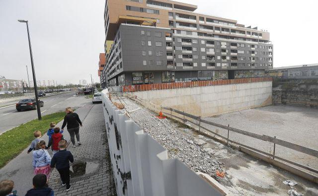 Čeprav ima poslovnež Izet Rastoder gradbeno dovoljene že od lanskega septembra, se gradnje najvišjih stoplnic v državi še ne more lotiti. Foto: Leon Vidic<br />
