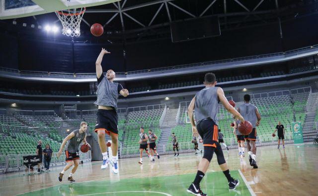 Namesto, da bi zdravi košarkarji Olimpije igrali tekme in trenirali, morajo biti po odločbi NIJZ v karanteni. FOTO: Uroš Hočevar/Delo