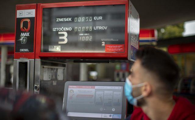 Trije največji trgovci Petrol, OMV in MOL so liter dizelskega goriva podražili za 0,2 centa na 1,002 evra. FOTO: Voranc Vogel/Delo