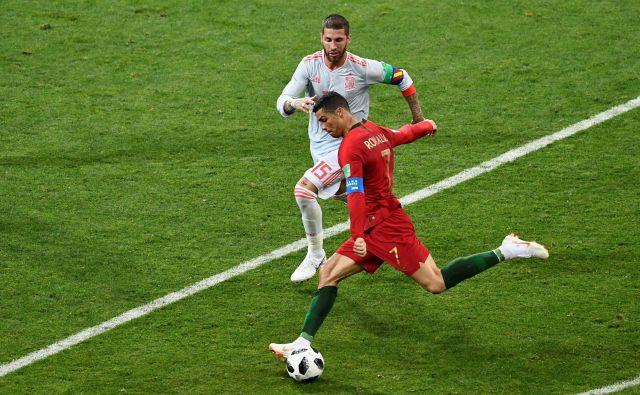 Cristiano Ronaldo in Sergio Ramos sta bila sinoči v Lizboni daleč drug od drugega. Nazadnje sta se nekdanja soigralca pri Realu na igrišču merila pred dobrima dvema letoma na svetovnem prvenstvu v Rusiji. FOTO: Jonathan Nackstrand/AFP
