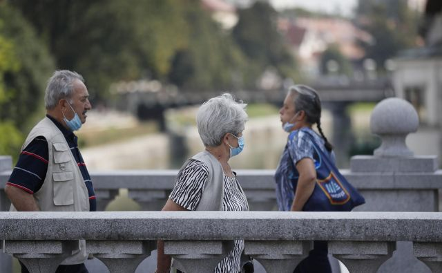 Janez Janšaje že v torek napovedal omejitev zbiranja ljudi na največ deset z nekaterimi izjemami. FOTO: Leon Vidic/Delo