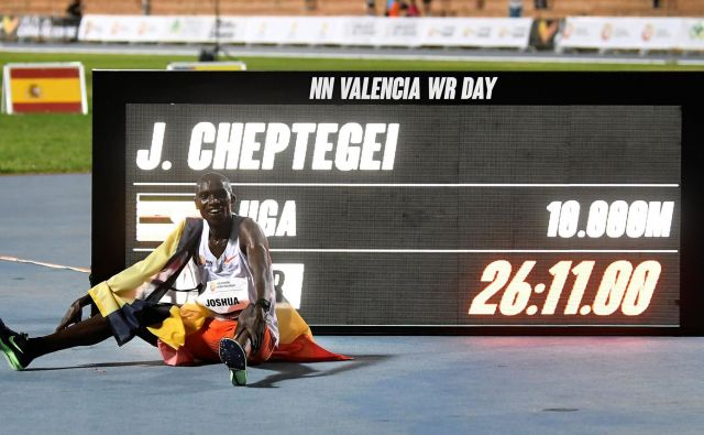 Izjemni Joshua Cheptegei je sinoči v Valencii kar za deset sekund popravil rekordni čas na deset kilometrski razdalji in postal kralj tekov na srednji razdalji. FOTO: Jose Jordan/AFP