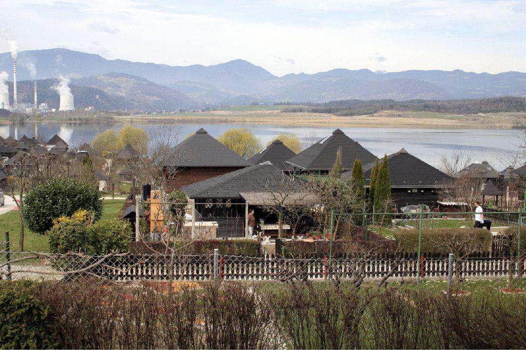 Nenavadno vrtičarsko naselje ob Velenjskem jezeru