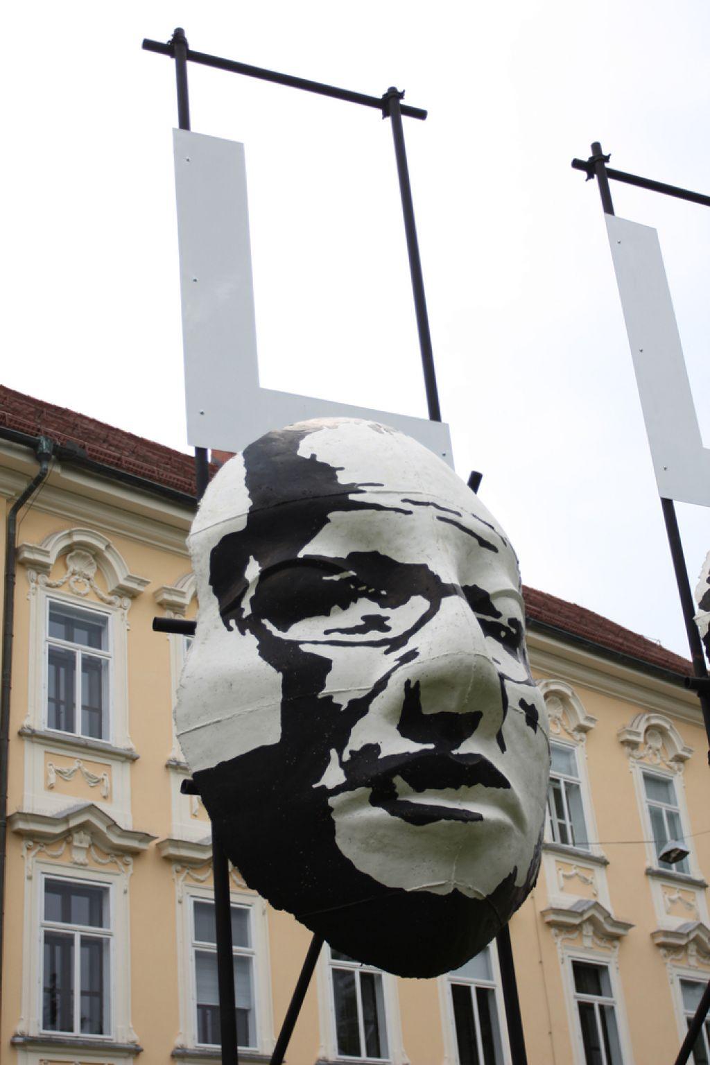 Primož Pugelj razstavlja betonske maske slovenskega Hollywooda