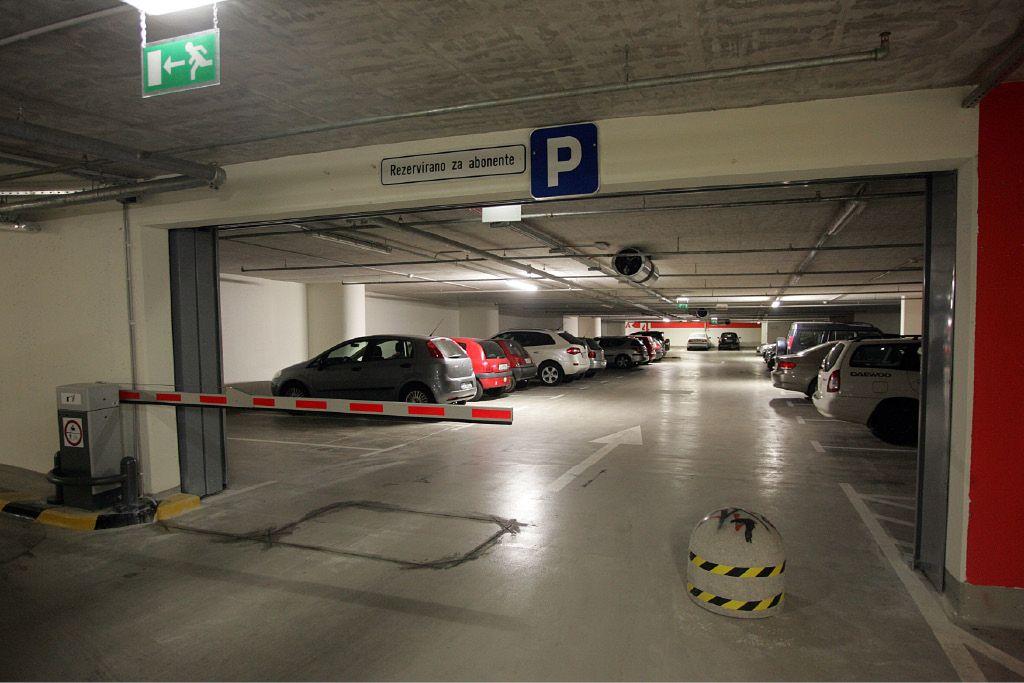 Garaža dobro zasedena, vozniki izgubljeni