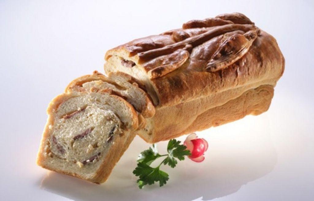 Recept za ljubitelje domačih specialitet: potica s kranjsko klobaso in čebulo