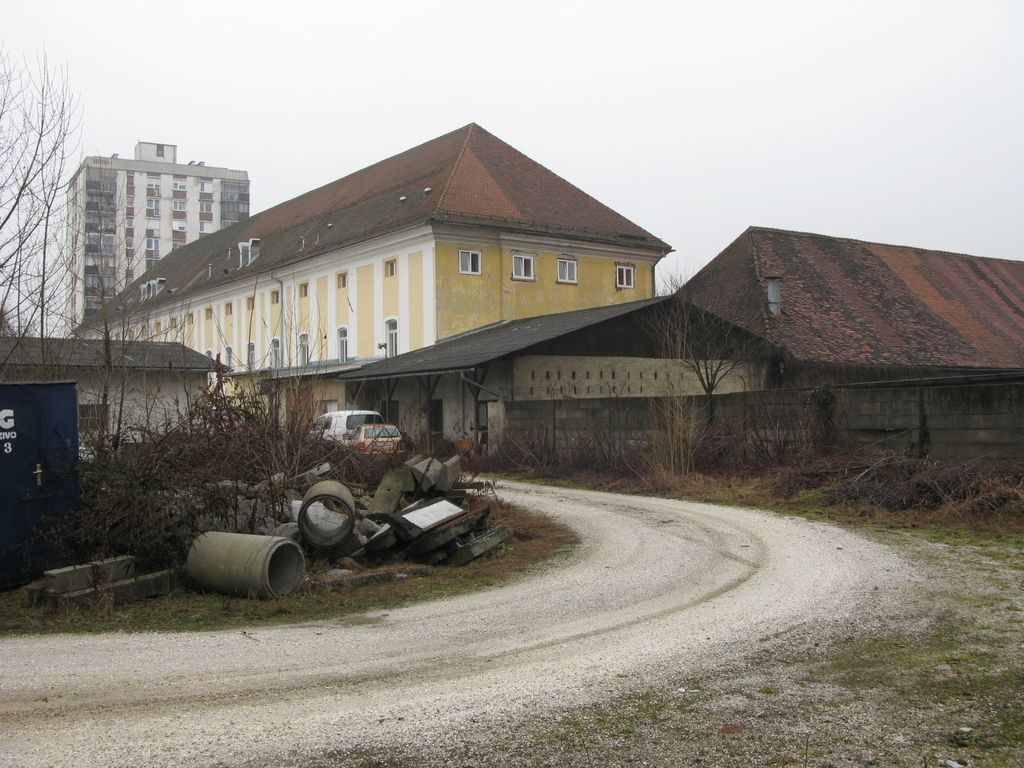 Za dvorcem Selo v Mostah objekt z 90 stanovanji