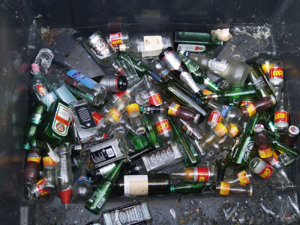 Pokrovčki steklenic v zabojnik za embalažo