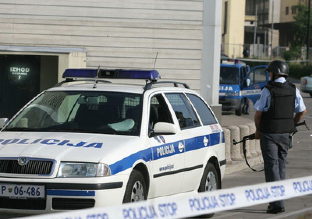 Varnostnik Sintala v občana uperil pištolo